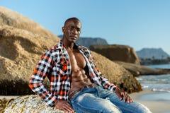 Afrikanisches schwarzes Modell mit sechs Satz in aufgeknöpftem kariertem Hemd Stockfoto
