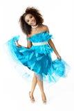 Afrikanisches weibliches vorbildliches Wearing Turquoise Feathered-Kleid, in voller Länge Lizenzfreie Stockbilder