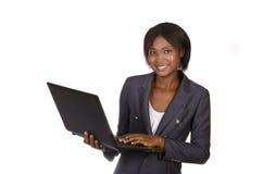 Afrikansk affärskvinna med anteckningsboken Royaltyfri Foto