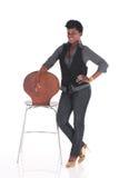 Afrikansk affärskvinna som poserar bredvid stol Arkivfoto