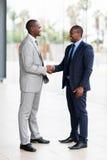 Afrikansk affärsmanhandshaking royaltyfri fotografi