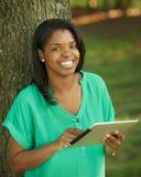 Afrikansk Amerika kvinna med tableten fotografering för bildbyråer
