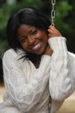 afrikansk amerikan ler kvinnan arkivbild