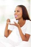 Afrikansk amerikan som dricker kaffe Royaltyfri Bild