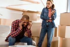afrikansk amerikan som grälar par som flyttar sig till Arkivbilder