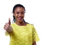 Afrikansk amerikan som ler kvinnan som ger upp tummen Arkivbilder