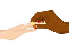 Afrikansk amerikan som sätter in en förlovningsring in i det kvinnliga fingret Arkivfoto