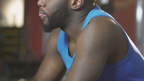 Afrikansk amerikan som torkar hans framsida med handduken i idrottshallen som evakueras, når utbildning stock video