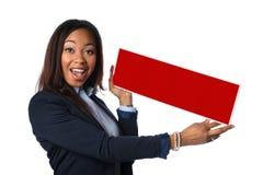 Afrikansk amerikanaffärskvinna Holding Blank Sign arkivfoto