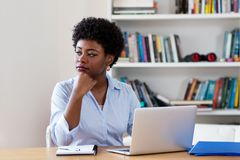 Afrikansk amerikanaffärskvinna med fördjupning royaltyfria bilder
