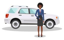 Afrikansk amerikanaffärskvinnaanseende nära bilen på vit bakgrund i plan stil äganderätt för home tangent för affärsidé som guld- Royaltyfria Foton