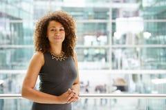 Afrikansk amerikanaffärskvinnastående, midja upp royaltyfri bild