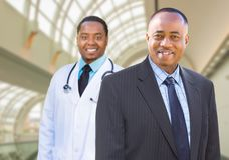 Afrikansk amerikanaffärsman och doktor Inside Medical Building Fotografering för Bildbyråer