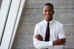 Afrikansk amerikanaffärsman Standing Against Wall Arkivbilder