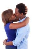 Afrikansk amerikanbarnet kopplar ihop att kyssa - svarta människor Royaltyfri Fotografi