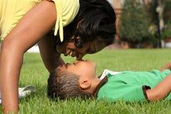 afrikansk amerikanbarnmoder Fotografering för Bildbyråer
