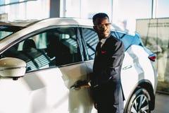 Afrikansk amerikanchaufför som öppnar hans nya bildörr royaltyfria foton