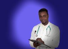 Afrikansk amerikandoktor med en skrivplatta Arkivbilder