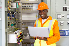 Afrikansk amerikanelektroingenjör arkivfoto