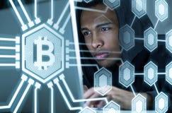 Afrikansk amerikanen hacker och bitcoins, sida arkivfoto
