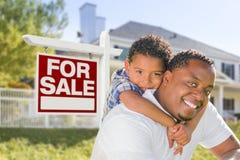 Afrikansk amerikanfader och son för blandat lopp, Sale tecken, hus Arkivfoto
