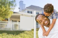 Afrikansk amerikanfader och son för blandat lopp, tomt tecken, hus Royaltyfri Fotografi