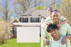 Afrikansk amerikanfamilj framme av det tomma Real Estate tecknet och H Fotografering för Bildbyråer