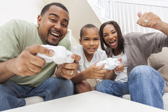 Afrikansk amerikanfamilj som har den roliga spela leken för datorkonsol Royaltyfria Bilder