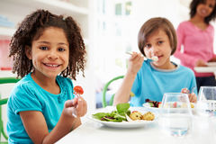 Afrikansk amerikanfamilj som hemma äter mål tillsammans Arkivfoto