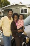 Afrikansk amerikanfamiljanseende med bilen Royaltyfria Foton