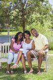 Afrikansk amerikanfamiljföräldrar & flickabarn royaltyfri bild
