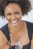 Afrikansk amerikanflicka för blandat lopp som dricker rött vin Royaltyfria Bilder