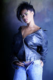 afrikansk amerikanflicka henne omslagsläder som visar tonårs- underkläderslitage royaltyfri fotografi