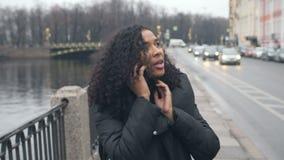 Afrikansk amerikanflicka som går runt om staden av St Petersburg, en härlig sikt av stranden stock video