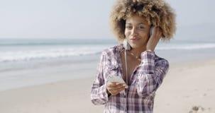 Afrikansk amerikanflicka som lyssnar till musik arkivbild