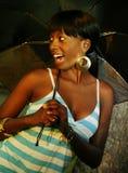 afrikansk amerikanflicka som rymmer den utomhus- ståenden royaltyfria bilder