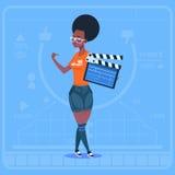 Afrikansk amerikanflicka som rymmer kanalen för Clapperboard den moderna videopd BloggerVlog skapare vektor illustrationer