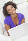 Afrikansk amerikanflickakvinna som använder bärbar datordatoren Royaltyfri Foto