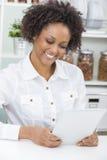 Afrikansk amerikanflickakvinna som använder minnestavladatoren Arkivfoton