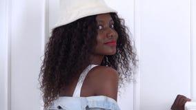 Afrikansk amerikanflickamodell som poserar i den vita studion långsam rörelse stock video
