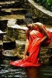 Afrikansk amerikanflickan tvättar en klänning i vattnet Royaltyfria Foton