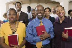 Afrikansk amerikanfolk med biblar i kyrka Arkivfoton