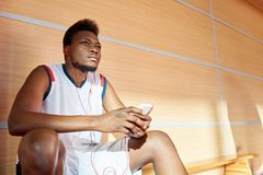 Afrikansk amerikanidrottsman nen som lyssnar till musik i idrottshall fotografering för bildbyråer