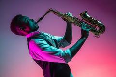 Afrikansk amerikanjazzmusiker som spelar saxofonen royaltyfri bild