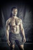Afrikansk amerikankroppsbyggareman, naken muskulös torso Royaltyfri Fotografi