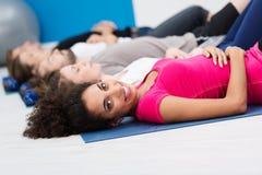 Afrikansk amerikankvinna i aerobicsgrupp Fotografering för Bildbyråer