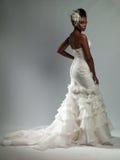 Afrikansk amerikankvinna i en bröllopsklänning Arkivfoton