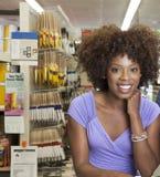 Afrikansk amerikankvinna i maskinvarulager Arkivfoton