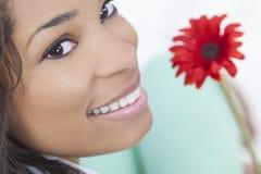 Afrikansk amerikankvinna med den röda blomman Arkivfoton