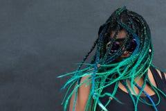 Afrikansk amerikankvinna med härliga Teal Green Blue Braids arkivfoton
